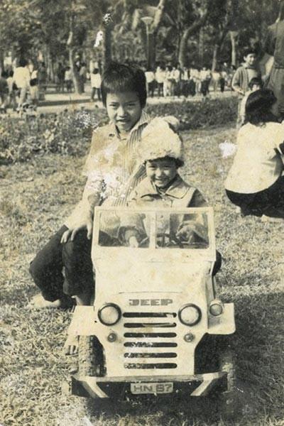Chụp cùng anh hai tại công viên Lênin lúc 4 tuổi