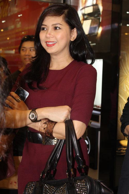 Những năm 1990, bà làm tiếp viên hàng không ở Vietnam Airlines, công việc đáng mơ ước tại thời điểm mà ít người Việt Nam được đi du lịch nước ngoài.