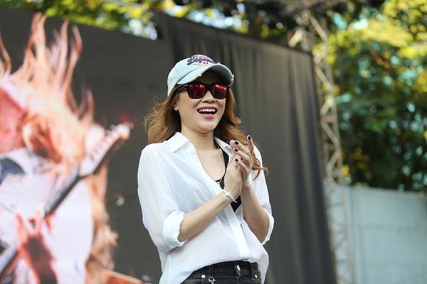 Cô rất vui mừng khi đông đảo fans hâm mộ đã có mặt từ rất sớm để xếp hàng mua đĩa trước khi buổi kí tặng chính thức diễn ra.