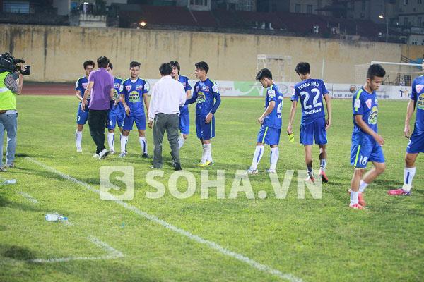 HLV Phan Thanh Hùng bắt tay từng cầu thủ đội khách và cả Công Phượng