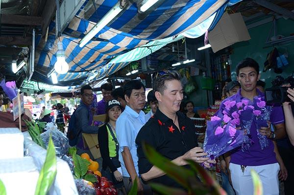 Đến từng gian hàng và tận tay trao tặng những bông hoa tím cho các chị em phụ nữ, hành động kỳ lạ của Mr Đàm đã khiến nhiều người bất ngờ khi không hiểu chuyện gì xảy ra.