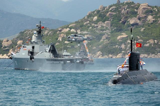 Chiến hạm của Hải quân Việt Nam duyệt đội hình trên biển