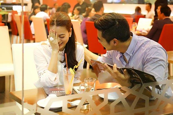 Tại đây, Trương Ngọc Ánh tỏ rõ sự ngại ngùng khi vui đùa và dùng bữa tối với người đàn ông đi cùng.