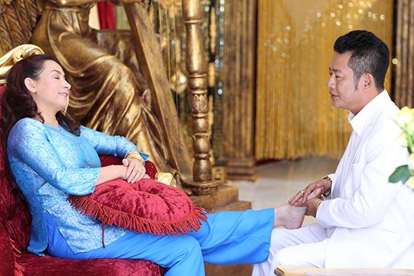 Trong phim, Phi Nhung vào vai cô gái mê hát nhưng không có người đàn ông nào nhòm ngó tới. Khi đến lúc lỡ thời, cô bất ngờ được 1 thiếu gia ngỏ lời trong trường hợp bất đắc dĩ.