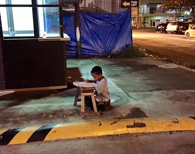 Cậu bé Daniel tận dụng ánh đèn từ cửa hàng McDonald ở gần đó để làm bài tập.