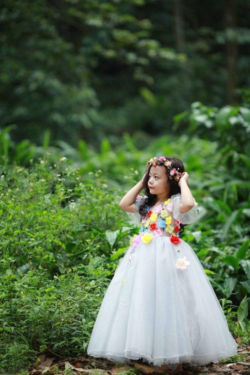 Nam Phương được mẹ chuẩn bị kỹ càng từ trang phục cho đến các phụ kiện đi kèm để vào vai công chúa