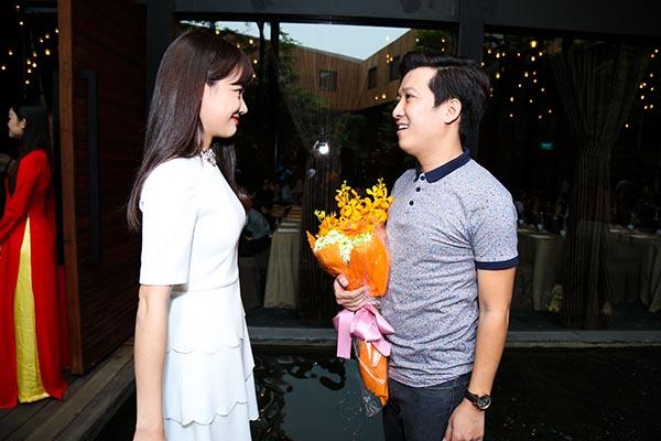 Nhìn thấy người yêu tin đồn, Trường Giang nhanh chóng tiến đến gần Nhã Phương và vui vẻ nhận lời chúc mừng từ nữ diễn viên xinh đẹp.