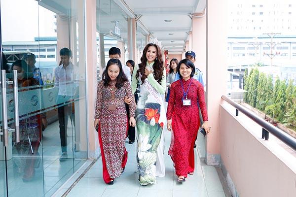 Chiều ngày 07/10, Hoa hậu Hoàn vũ Việt Nam 2015 Phạm Hương đã có buổi về thăm trường Cao đẳng Văn hóa Nghệ thuật và Du lịch Sài Gòn.