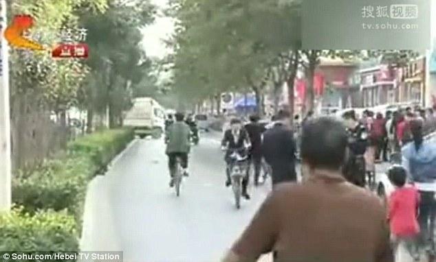 Cô gái khoảng 20 tuổi được phát hiện đẻ rơi giữa làn đường dành cho xe đạp tại thành phố Thạch Giang Trang, Trung Quốc.