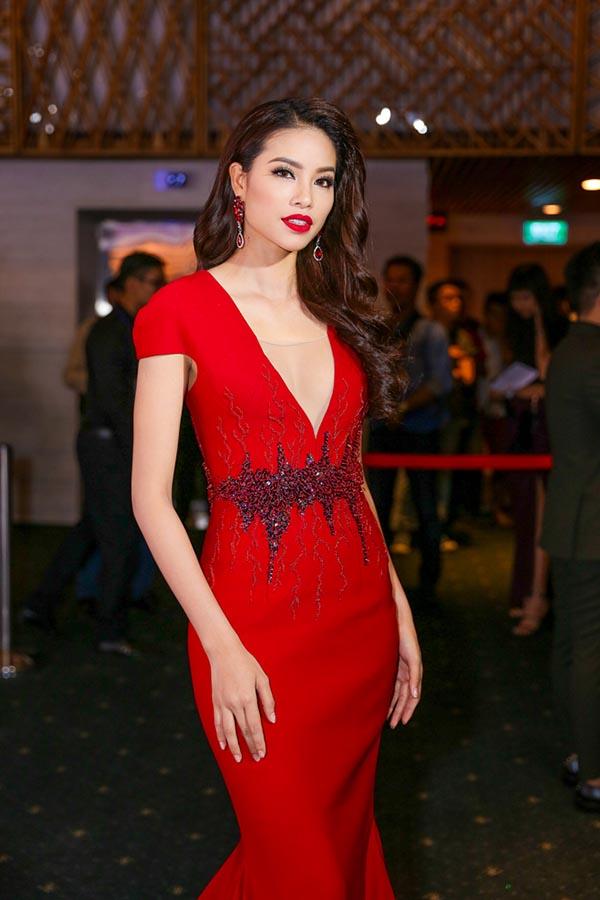 Ngay khi vừa có mặt, Phạm Hương tự tin khoe dáng với chiếc đầm đỏ bó sát và khoét sâu.