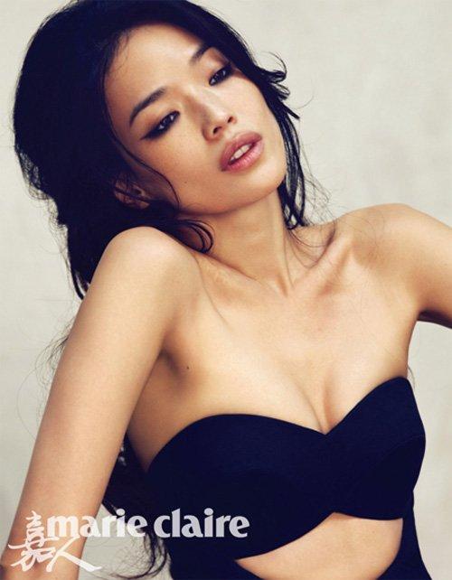 Thư Kỳ cũng là một đả nữ quen thuộc trên màn ảnh Trung Quốc với những bộ phim như Phong Vân, Gác Kiếm, Toàn thành giới bị, Huyền thoại Trần Chân. Không chỉ có những màn võ thuật đẹp mắt, Thư Kỳ còn sở hữu thân hình gợi cảm và một gương mặt khả ái.