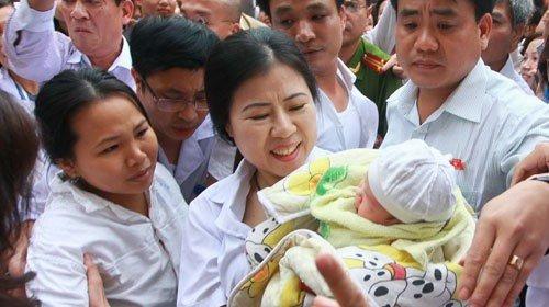Cháu Trường được tướng Chung trao trả cho gia đình.