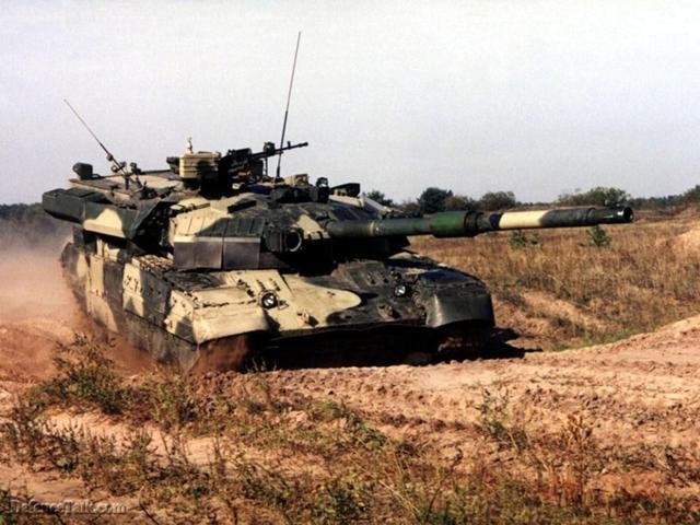 """Xe tăng chủ lực T-84 """"Oplot"""" được trang bị hệ thống hỏa lực rất mạnh và khả năng tác chiến linh hoạt, nó sẽ giúp nâng cao năng lực xuyên phá và chế áp đối phương."""