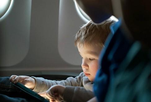 Việc bắt trẻ nhỏ phải giữ trật tự trên suốt một chuyến bay dài là điều không dễ, đòi hỏi các bậc phụ huynh phải có biện pháp dạy bảo nghiêm túc đối với con trẻ.