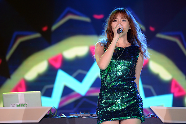 Cô ca sĩ xinh đẹp đến từ xứ sở Kim Chi đã khiến các fan sung sướng nhún nhảy không ngừng khi hát: Hương đêm bay xa, Hạnh phúc mới (phiên bản tiếng Hàn) và cover ca khúc Roly Poly.