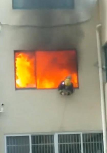 Ngọn lửa đáng sợ bên trong căn hộ bị hỏa hoạn.