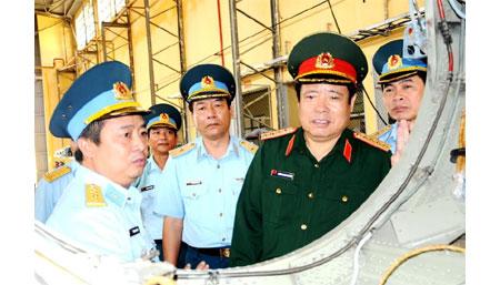 Đồng chí Bộ trưởng tham quan Nhà máy A32.