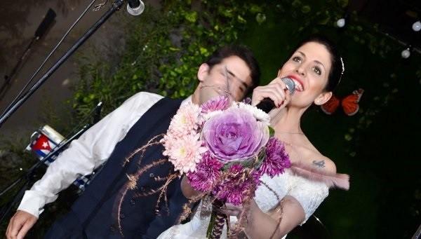 Cô dâu ném hoa cưới là một trong những cao trào không thể thiếu của các đám cưới giả.