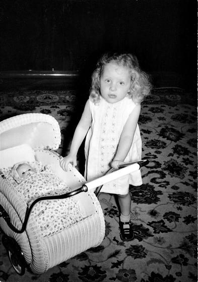 Cô bé Merkel và chiếc xe đẩy đồ chơi