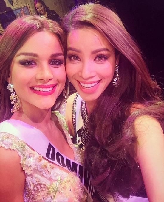Phạm Hương (phải) và người bạn thân thiết trong cuộc thi là Hoa hậu Cộng hòa Dominican.