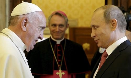 Tổng thống Nga Putin tại cuộc gặp với Giáo hoàng Francis (Ảnh: Reuters)