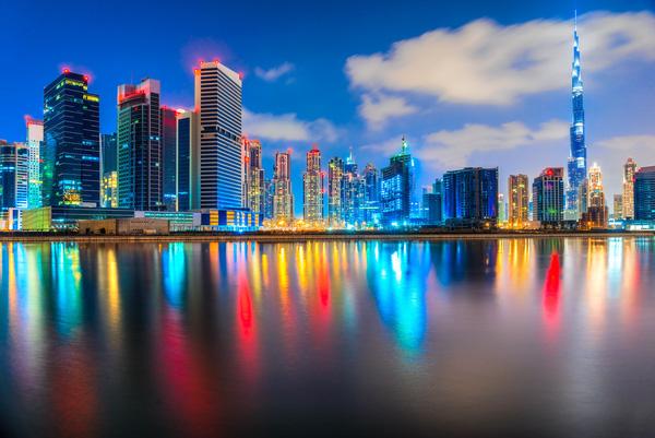 Dubai đầy màu sắc với rất nhiều các tòa nhà cao tầng hiện đại.