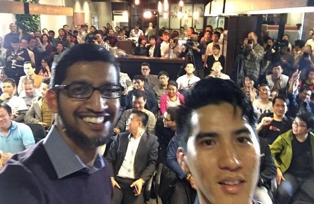 Sundar Pichai (trái) trong buổi giao lưu với giới trẻ Việt Nam. Ảnh: Internet.