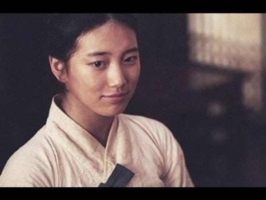 Trái ngược với vẻ ngoài xinh đẹp và trong sáng, vai diễn của Suzy trong Dorihwaga là một cô gái nghèo hèn với những bộ hanbok lấm đầy bùn đất và gương mặt không trang điểm.