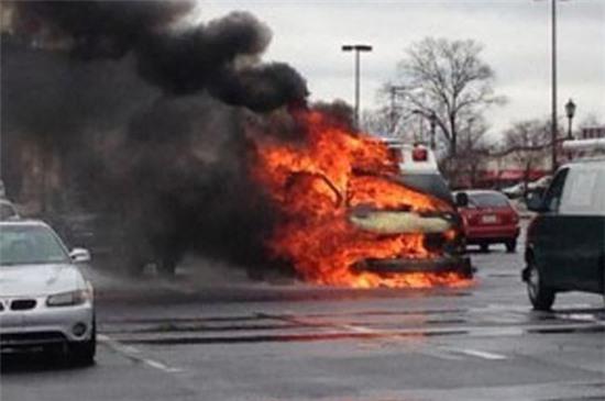 Bác sĩ và y tá vội bỏ chạy thoát thân để em bé sơ sinh chết bỏng trong xe.