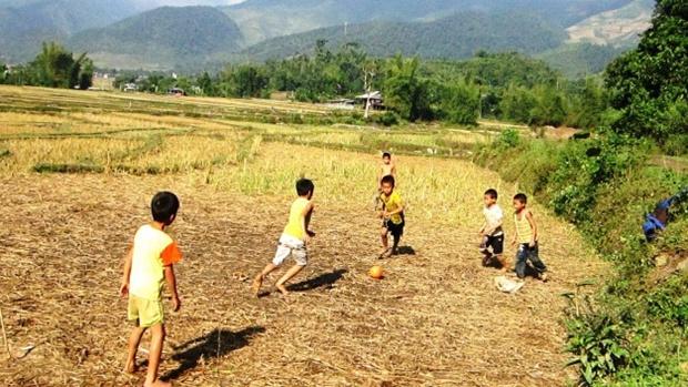 Trẻ em Việt Nam đam mê bóng đá. Ảnh: Internet.