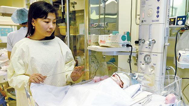 Bé Huy lúc đang được cấp cứu tại bệnh viện sau tai nạn - Ảnh tư liệu Tuổi Trẻ