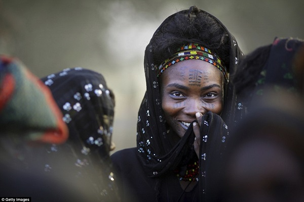 Bộ tộc Wodaabe có cuộc thi sắc đẹp cho đàn ông. Người phụ nữ cũng chọn chồng mình từ những cuộc thi này.