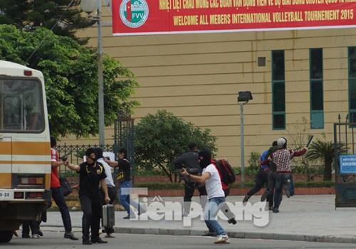 Nhóm khủng bố bất ngờ đánh chiếm nhà thi đấu.