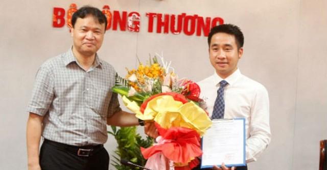 Thứ trưởng Đỗ Thắng Hải trao quyết định bổ nhiệm ông Vũ Hùng Sơn giữ chức Phó tổng biên tập Tạp chí Công Thương. Ảnh: Tạp chí Công Thương