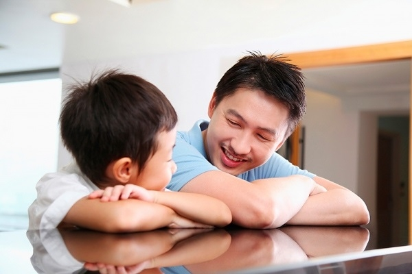 Bố mẹ không nên đánh mắng con. Hãy bày cho con nhiều hoạt động vui chơi, tránh để con ở một mình trong phòng.