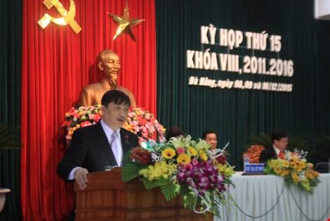 Phó Chủ tịch UBND TP Đà Nẵng Đặng Việt Dũng trả lời các câu hỏi hóc búa của ĐB. LÊ PHI.