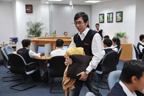 Ngoài việc phát chăn, gối, Nguyễn Tử Quảng còn muốn cung cấp bữa trưa miễn phí cho mọi nhân viên khi công ty phát triển hơn. Ảnh: Hoàng Hà. Vnexpress