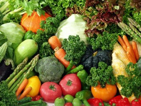Các mẹ thông thái lựa chọn rau, củ, quả sạch (Ảnh minh họa).