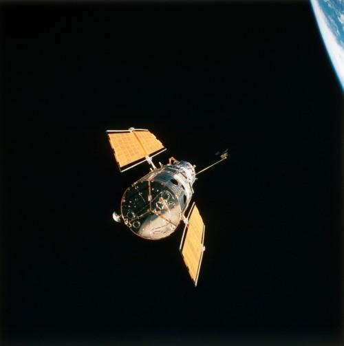 Kính thiên văn Hubble tách ra từ tàu con thoi Endeavour của NASA vào năm 1993 sau khi hệ thống quang học, con quay hồi chuyển và tấm pin mặt trời đã được sửa chữa.
