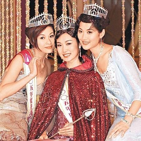 Diệp Thúy Thúy (giữa) đăng quang Hoa hậu Hồng Kông 2005.