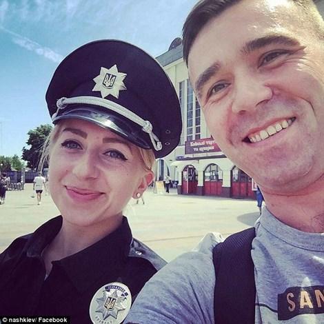 Một nữ cảnh sát chụp ảnh selfie với người dân (nguồn: Dailymail)