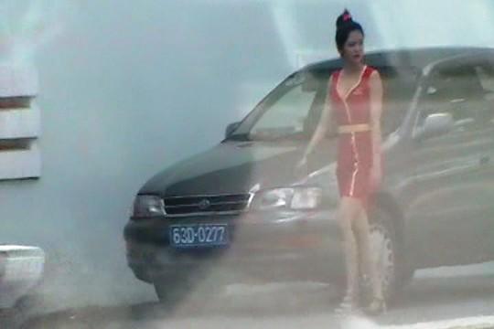 Một xe biển số xanh đi dự lễ khai trương công trình xây dựng trái phép được phó chủ tịch UBND tỉnh Tiền Giang cho tồn tại