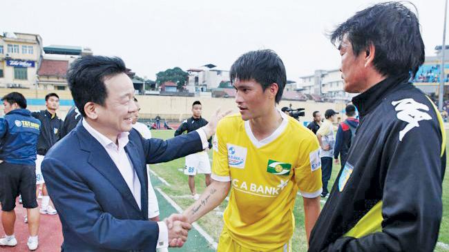Bầu Hiển (trái) và Công Vinh khi còn thi đấu cho Hà Nội T&T. Ảnh: VSI