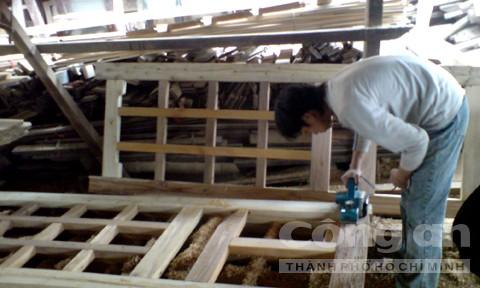 Một người thợ trẻ đang tân trang cửa cũ.