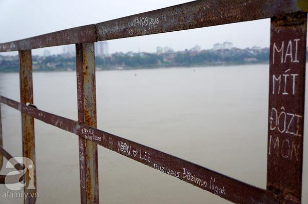 Những dòng chữ nhem nhuốc, kí hiệu trái tim được vẽ chi chít dọc hai bên thành cầu.