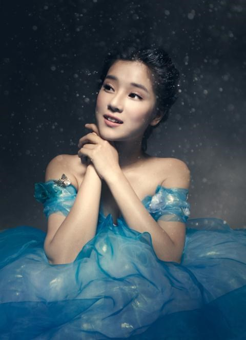 Với hai chiếc răng thỏ, Hoàng Yến vẫn giữ được nét dễ thương nhí nhảnh trong bộ đầm xanh dương lộng lẫy, kiêu sa như công chúa.