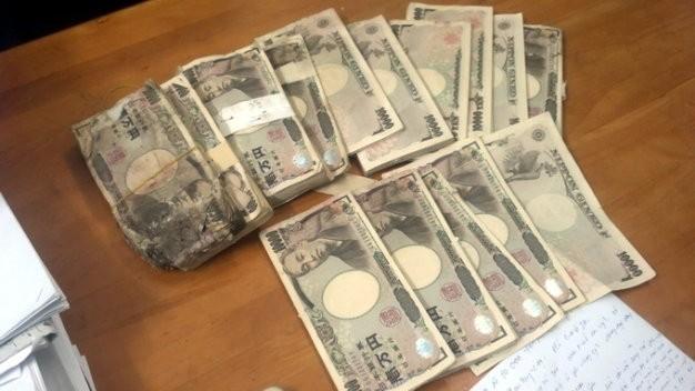 Số tiền 5 triệu yen mà chị Hồng tìm thấy trong thùng loa cũ.