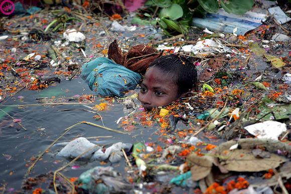 Những đứa trẻ này đang phải hàng ngày đối mặt với tác động trực tiếp của rác thải và ô nhiễm môi trường.