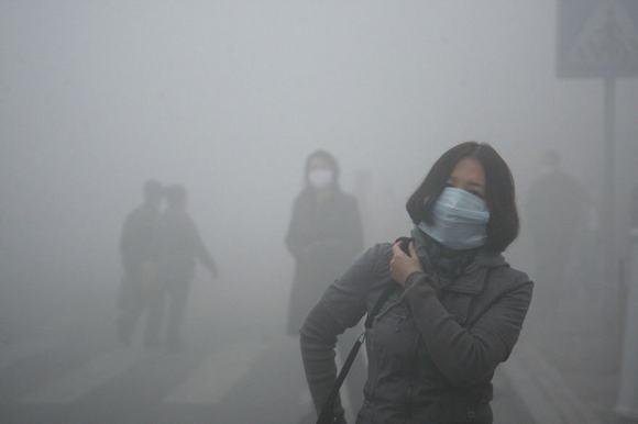 """Lần đầu tiên trong lịch sử, Trung Quốc đã phải ban hành lệnh """"báo động đỏ"""" vì ô nhiễm môi trường tại Thủ đô Bắc Kinh khi toàn bộ thành phố này ngập chìm trong khói bụi dày đặc."""