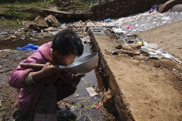 Ở châu Phi xa xôi, nước sạch là cả một giấc mơ xa vời. Hình ảnh đứa trẻ phải uống nước bẩn khiến cho chúng ta không khỏi đau lòng.